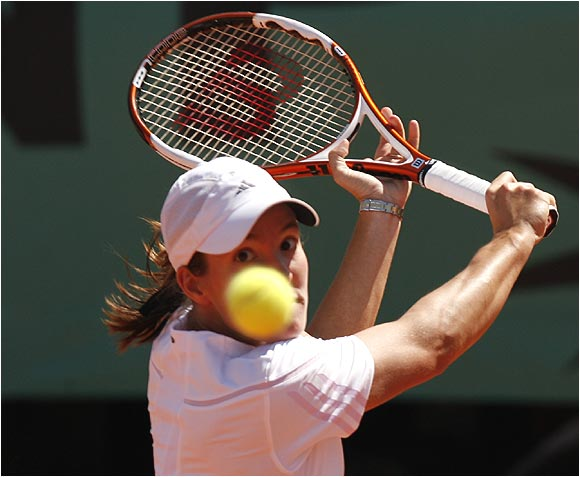 Justine Henin-Hardenne also became the first woman to win consecutive French Open titles since Steffi Graf in 1995-96.