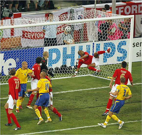 Marcus Allback tied the England-Sweden game 1-1 on a header in the 51st minute. With the tie, Sweden advanced to the second round, where it will face three-time champion and currently undefeated Germany in Munich on Saturday.
