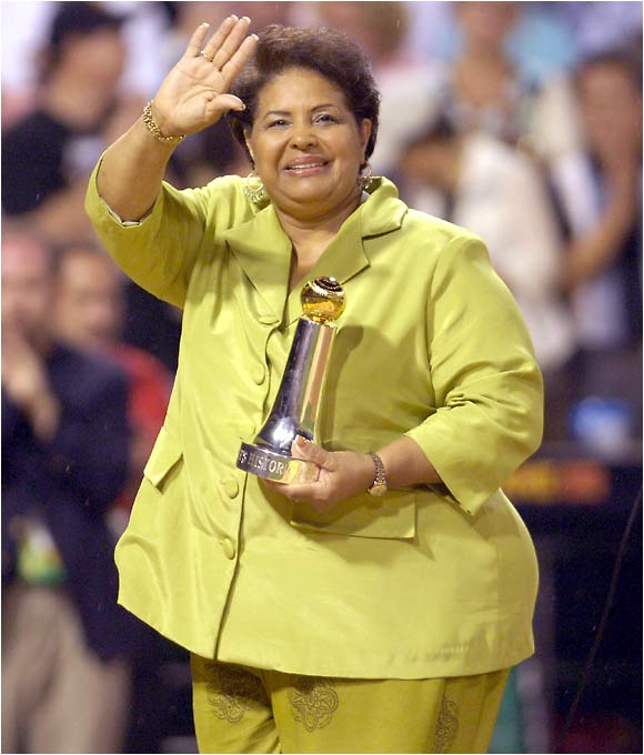 Roberto Clemente's widow accepts a special commissioner's award honoring her late husband.