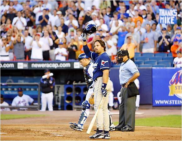 Padres Mike Piazza received a warm welcome back from the crowd at Shea Stadium on Aug. 8. The Mets won all three games in a match-up of division leaders, but Piazza stood tall in their second game with two solo shots off Pedro Martinez.