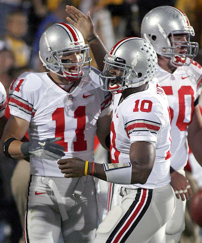 Troy Smith (right) hit Anthony Gonzalez for a 12-yard touchdown strike as the Buckeyes extended their nation-best winning streak to 12 games.