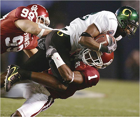 With Bob Stoops as head coach, Oklahoma has annually turned out one of the nation's most devastating defenses. But the Sooners' defense has looked far from imposing in wins this season over UAB and Washington, giving up 688 yards of offense. It has especially struggled to stop the run. Oregon enters the game averaging 39.5 points per game in wins over Stanford and Fresno State. Ducks sophomore RB Jonathan Stewart could give the Sooners major trouble in this rematch of last year's Holiday Bowl (which Oklahoma won 17-14).