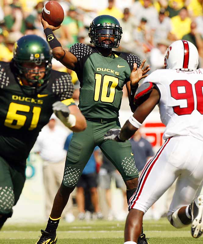 Filling in for an injured Kellen Clemens at the end of last season, Dixon showed flashes of greatness, especially in a three-touchdown performance against archrival Oregon State. This season it has all come together for the leader of the 5-1 Ducks. A true dual-threat QB, Dixon has passed for 1,439 and 10 touchdowns while rushing for 228 yards and two scores.