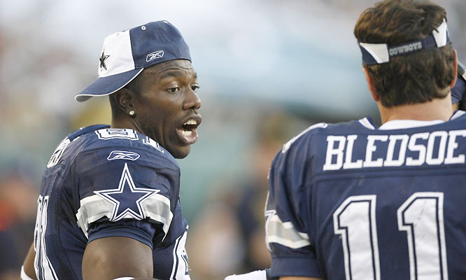 Drew Bledsoe and Terrell Owens talk on the sidelines in the second quarter on Sunday.