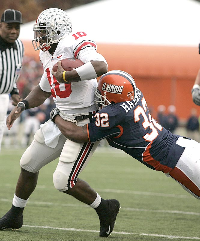 Troy Smith (10) and Ohio State got a scare from the Illini, but escaped to extend the nation's longest winning streak to 17 games.