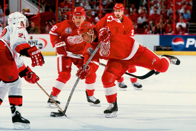 Hull's last three full NHL seasons (2001-04) were spent in Detroit, where he won his second Stanley Cup in 2002, scoring 30 goals for a veteran-laden team that included fellow 2009 Hall of Fame inductees Steve Yzerman and Luc Robitaille, and his old pal Dom Hasek.