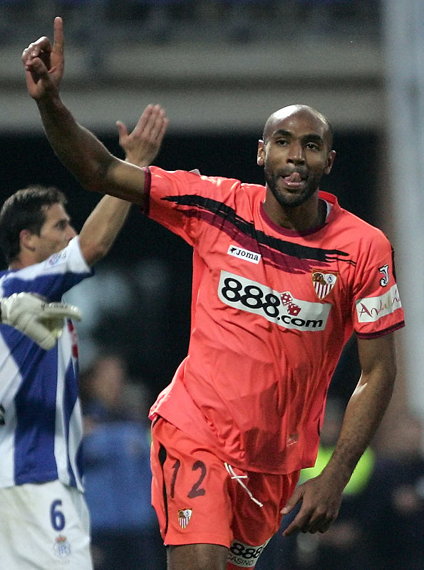 Frédéric Kanouté's 35th-minute goal helped Sevilla to victory and into first place in the Spanish league. The defending UEFA Cup champions will enter the winter break on top of the Liga standings.
