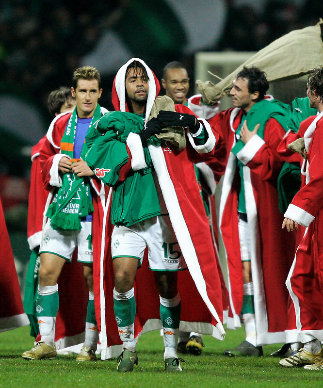 Bremen players get into the holiday spirit after their victory ensured them the best record in the Bundesliga leading into the six-week winter break, ending Bayern Munich's stranglehold on the ceremonial title.