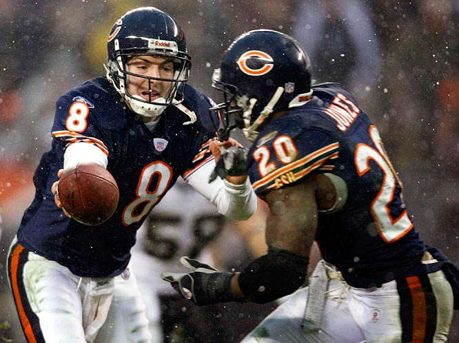 Grossman hands off to Jones during the Bears' rout.