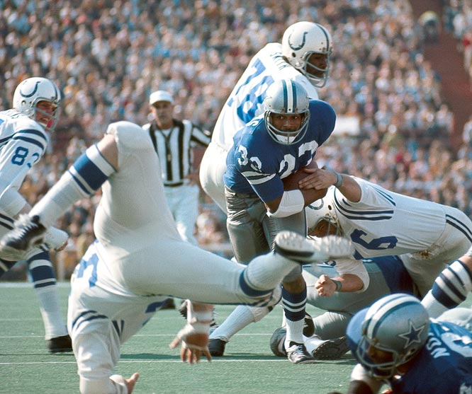 Dallas Cowboys running back Duane Thomas rushing against the Baltimore Colts in Super Bowl V. The Colts defeated the Cowboys 16-13.