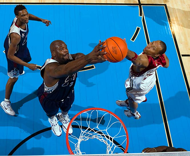 Shaq beats Shawn Marion for the rebound.