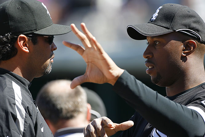 Dye tries to explain something to manager Ozzie Guillen.