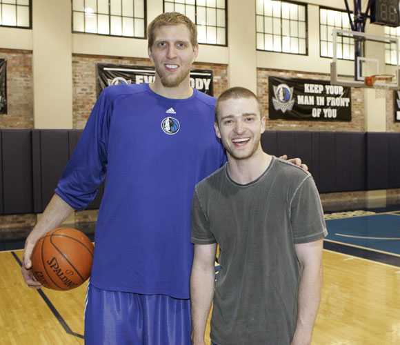 Even when posing for pictures with pop stars, Dirk Nowitzki follows the advice of the sign on the wall.