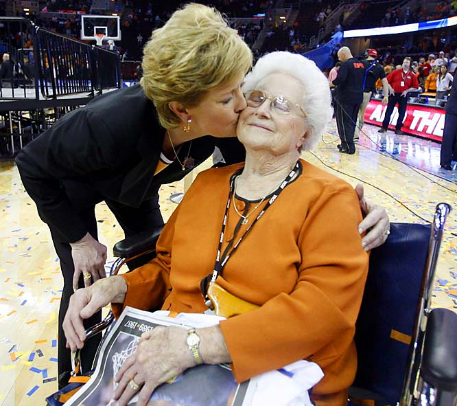 Pat Summitt plants a big kiss on her mother, Hazel Head, after the Vols defeated Rutgers to win the 2007 NCAA tournament.