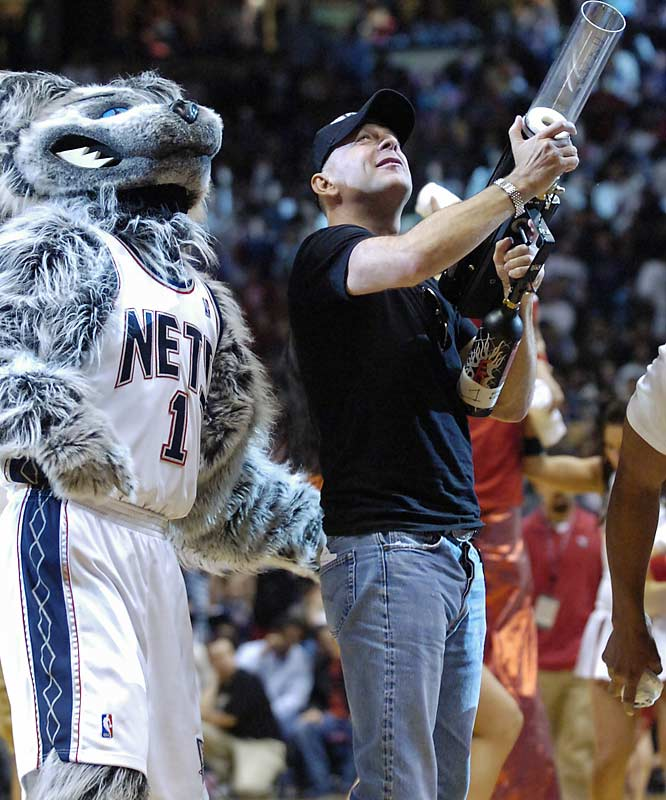 Bruce Willis interrupted a Nets game this week to re-enact a scene from the new Die Hard movie.