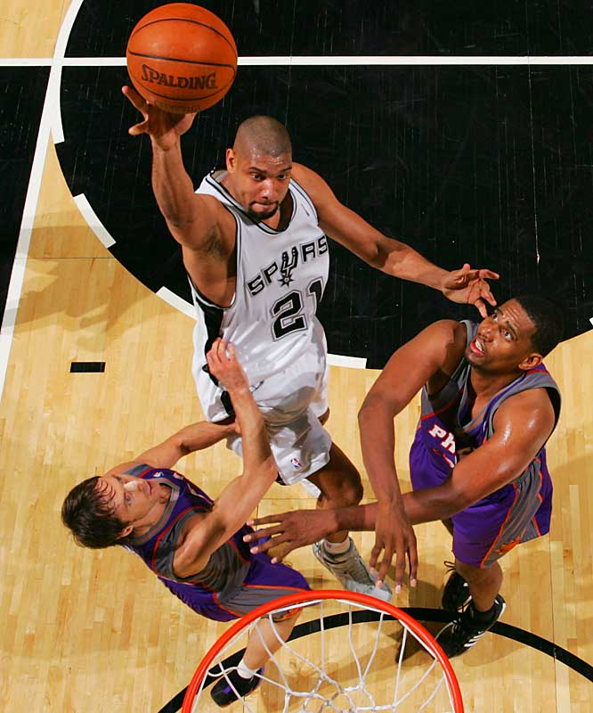 Tim Duncan posted 33 points and 19 rebounds to help the Spurs top the Suns on Saturday night.