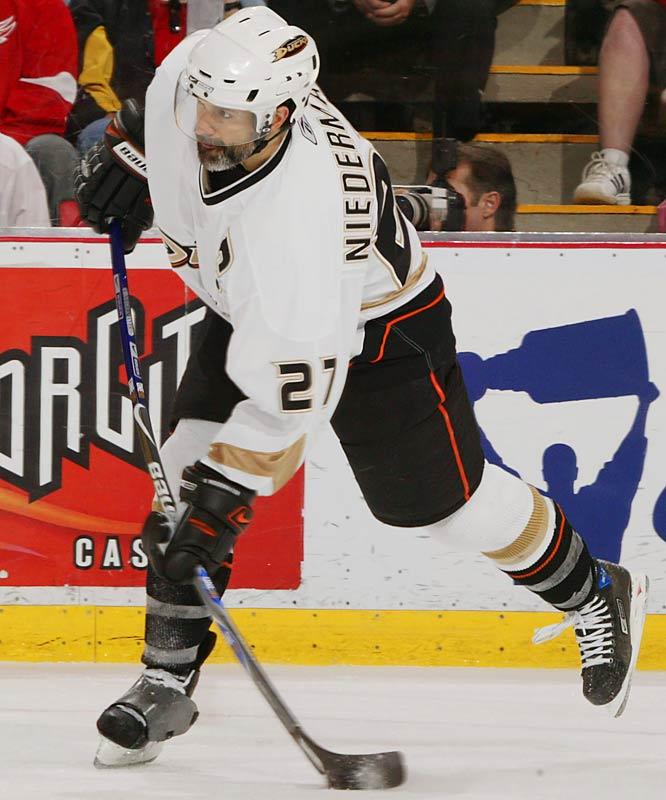 Ducks defenseman Scott Niedermayer scored at 14:17 of overtime to even the series.
