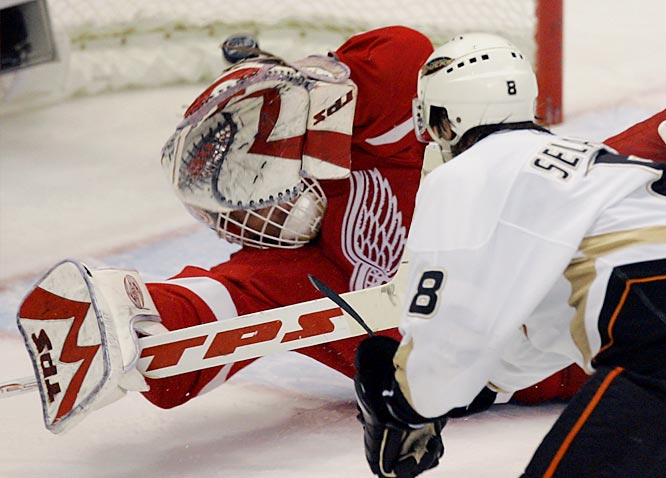 The Ducks' Teemu Selanne scored 11:57 into overtime by lifting a backhander over a sprawling Domink Hasek.  Red Wings defenseman Andreas Lilja, who scored Detroit's lone goal and his first ever in the playoffs, turned the puck over to Selanne after a failed clearing attempt.