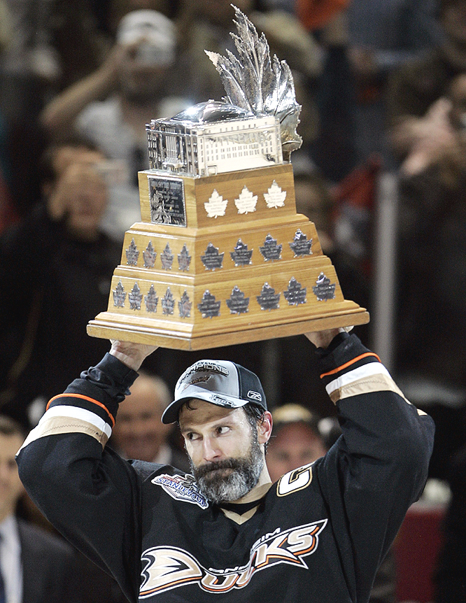 Scott Niedermayer raises the Conn Smythe Trophy after being named MVP of the playoffs.