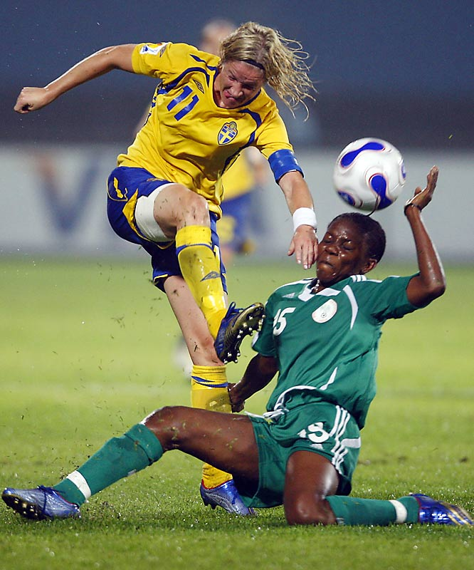 Sweden's Victoria Svensson and Nigeria's Maureen Mmadu tangle in the opening round. It was Svensson's 138th international game.