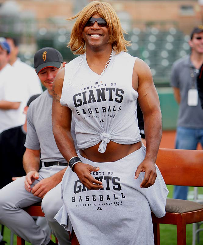 Perhaps inspired by Rodman's example, Bonds dressed up as Paula Abdul during spring training this year to judge the San Francisco Giants spin-off of the hit Fox show ''American Idol,'' called Giants Idol.