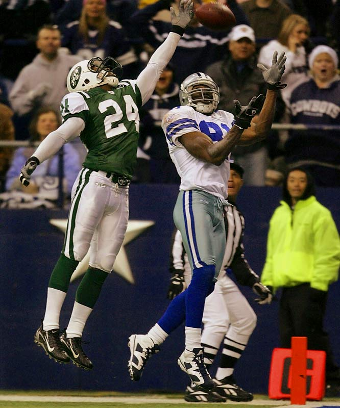 Terrell Owens caught a 22-yard touchdown pass in the fourth quarter, reaching the end zone for his sixth consecutive game.