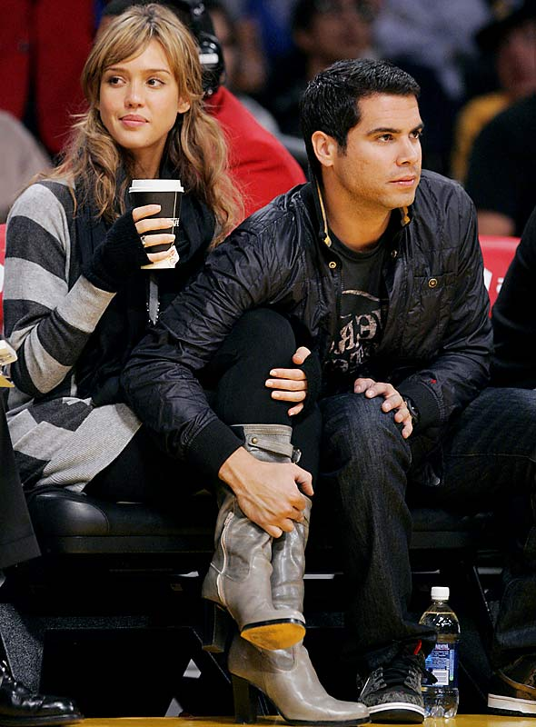 It's an all-celebrity version of Caught in the Act this week. We kick things off with Jessica Alba and boyfriend Cash Warren at Sunday's Lakers-Warriors game.