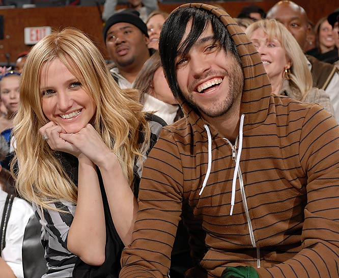 Despite the Knicks woes, Ashlee Simpson and boyfriend Pete Wentz were all smiles at New York's game against New Jersey last Friday.