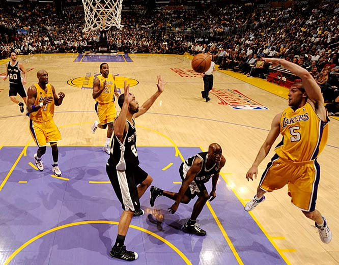 Jordan Farmar (5) dishes to Lamar Odom (7) during Game 1, an 89-85 Laker win.