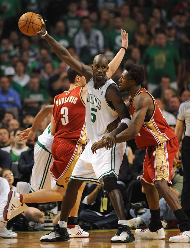 Garnett, who finished with 13 points, using his long arm to keep the ball from Wallace.