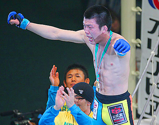 A black belt in both Brazilian jiu-jitsu and judo, current Shooto middleweight champion Aoki has yet to lose a bout since August 2005.