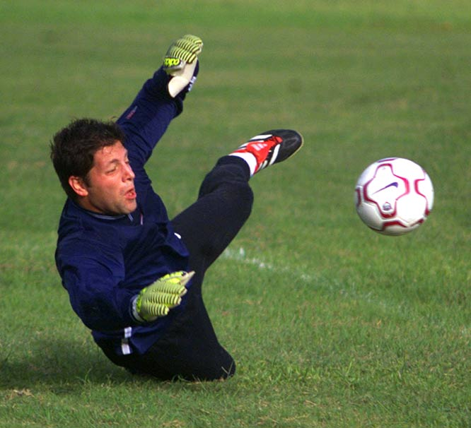 New York Jets sign USA soccer goalkeeper Tony Meola as a place kicker.