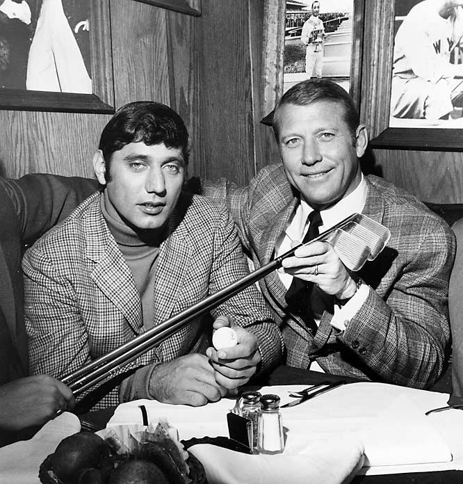Joe Namath agrees to sell interest in Bachelors III -- a bar  on New York City's Upper East Side -- to stay in NFL.
