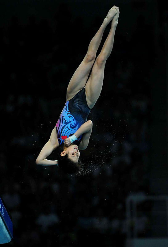 With a dive for the ages, Chen Ruolin of China won the gold medal in the 10-meter platform final.