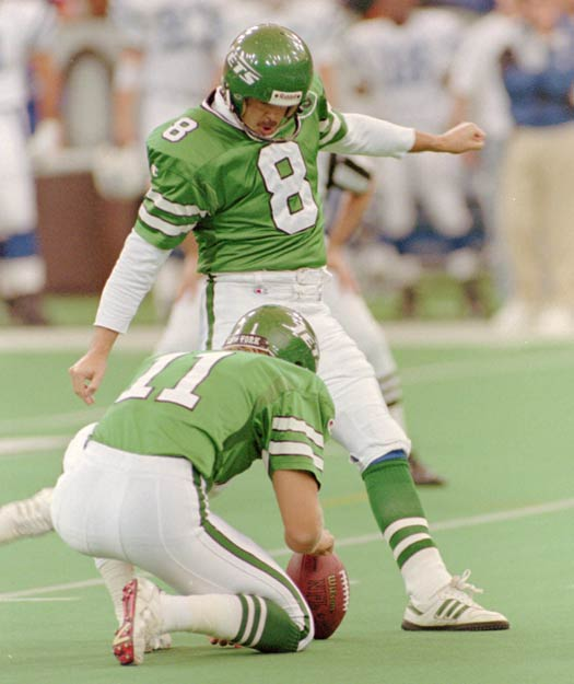 Nick Lowery of the New York Jets breaks Jan Stenerud's NFL field goal record of 374. The three-time Pro Bowler would retire with 384 career field goals.