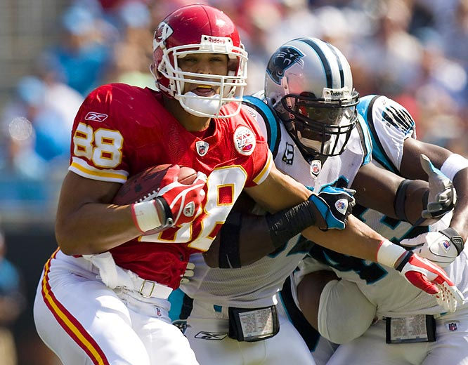 Late in the first quarter of the Chiefs' Week 5 matchup against the Panthers, Tony Gonzalez hauled in a six-yard pass from Damon Huard to pass Shannon Sharpe, becoming the NFL's career leader in receiving yards for a tight end. Sharpe, who played 14 seasons in the league, retired with 10,060 yards.
