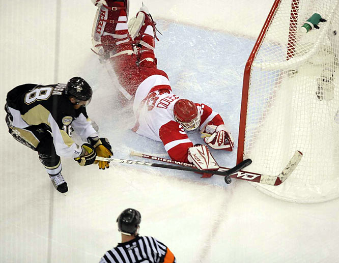 Pittsburgh Penguins forward Marian Hossa (18) tries in vain to score against Detroit Red Wings goalie Chris Osgood. Detroit held off Pittsburgh to win the Stanley Cup in six games.