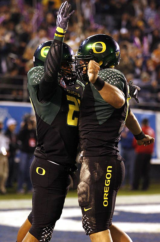 True to form, the Holiday Bowl was an offensive bonanza, with the Ducks outgaining the Pokes 565 to 469 in total yards. Oregon QB Jeremiah Masoli stole the show, throwing for 258 yards and a score and running for 106 yards and three more touchdowns, including one highlight-reel scamper in which he trucked an Oklahoma State defensive back on his way to the end zone.