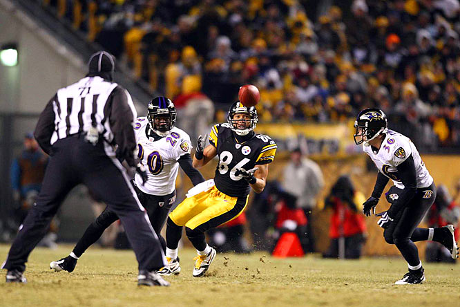 Hines Ward catches a pass in front of Ravens' safeties Ed Reed and Jim Leonhard.