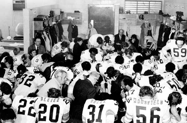 Pittsburgh owner Art Rooney (center) joined his team in prayer following the triumph.