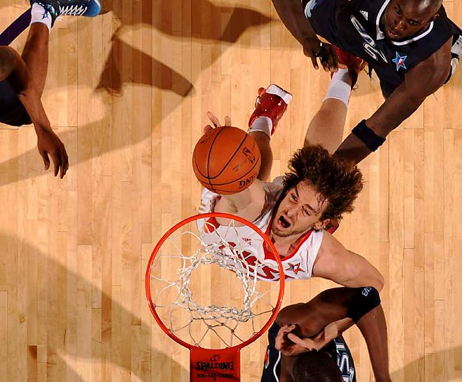 Pau Gasol added a thunder dunk of his own en route to a 14-point effort.