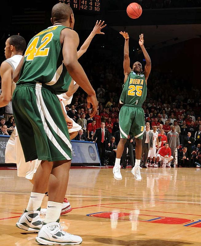Siena's Ronald Moore made up for a bad shooting night by hitting the game-winning three-pointer with 3.9 seconds left.
