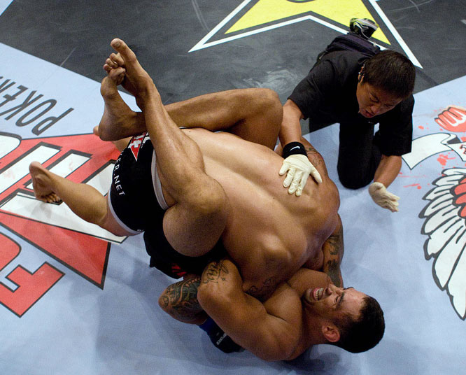 Fabricio Werdum (bottom) easily handled Mike Kyle, submitting the American via guillotine choke just 84 seconds into the first round.