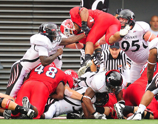 Ryan Mathews of Fresno State tests the middle of the Cincinnati defense.