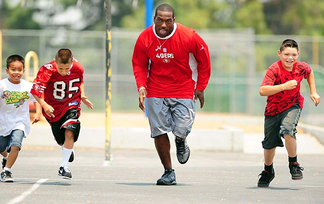 Students from Briarwood (Santa Clara, Calif.) Elementary  challenged Willis during gym class, looking to beat the linebacker's 4.3 40-yard dash speed.