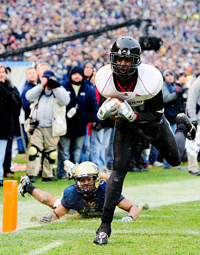 Wide receiver Armon Binns of Cincinnati catching the game-winning touchdown pass from Tony Pike (not shown).