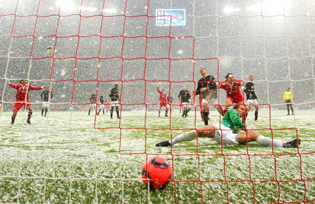 Daniel van Buyten of München scores FC Bayern München's first goal in its 3-0 victory against FSV Mainz in a Bundesliga match at Allianz Arena in Munich on Jan. 30.