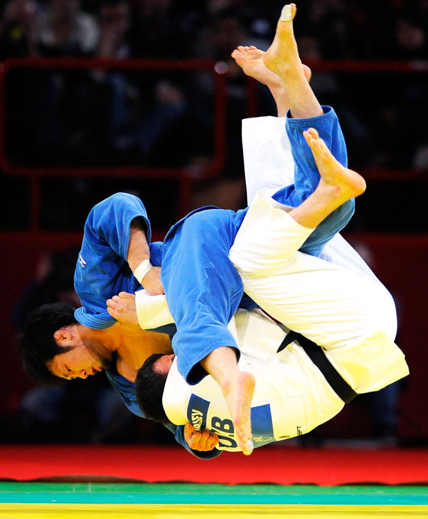 Takashi Ono of Japan (blue) defeats Dilshod Choriev of Uzbekistan in the finals of their 90kg judo match at the IJF Grand Slam in Paris on Feb. 7.