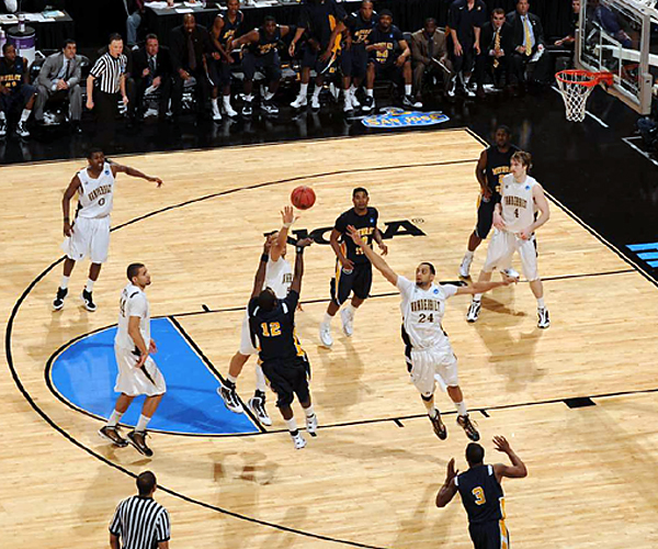 Danero Thomas' jumper put the Racers into the second round against Butler on Saturday.