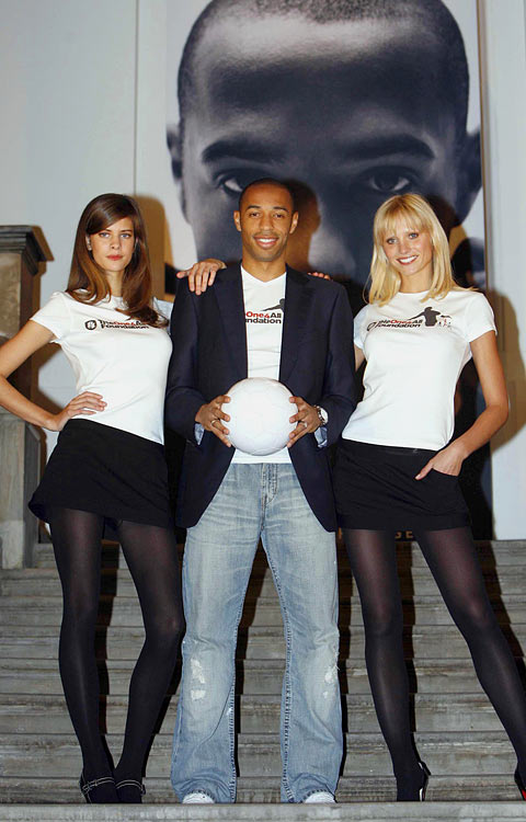 Henry poses with two models outside the Royal Academy of Art in London.